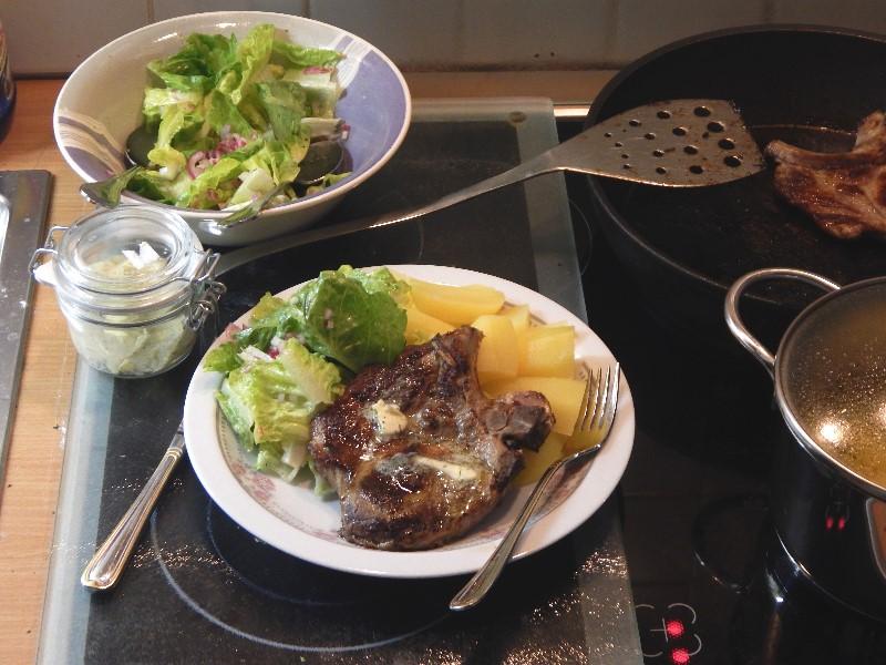 kotelett mit salat und salzkartoffeln. Black Bedroom Furniture Sets. Home Design Ideas